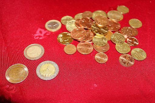 Welche Münze ist kein Euro? Auf den ersten Blick nur schwer zu erkennen, dass ganz vorne zwei 10-Bhat-Stücke liegen.    Foto: Baum Foto: Schwarzwälder-Bote