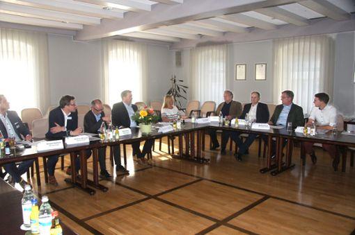 Treffen im Ratssaal: Unternehmer und IHK-Vertreter diskutieren mit der Stadtverwaltung über die wirtschaftliche Zukunft Burladingens.   Foto: Rapthel-Kieser Foto: Schwarzwälder Bote