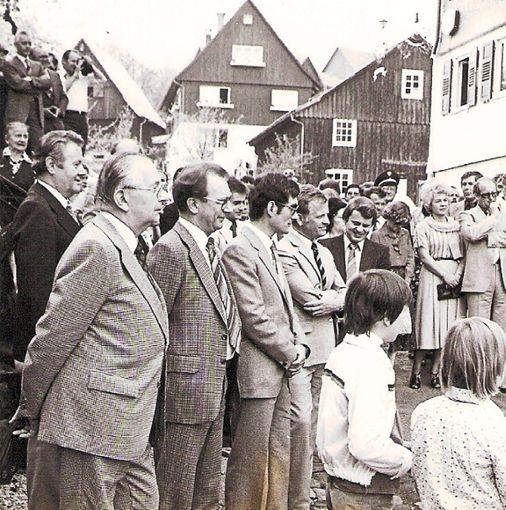 Beim Empfang auf der Marktstraße am Heimatmuseum stehen neben Ministerpräsident Lothar Späth (vorne Zweiter von links), Landrat Günter Pfeiffer, das damalige Ortsoberhaupt sowie Landtagsabgeordneter Arnold Tölg (von links).  Foto: Digitalarchiv Schabert Foto: Schwarzwälder Bote