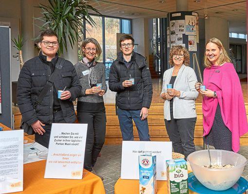 Benedict Weichselbaum, Kerstin Schweizer, Sebastian Dürr, Bettina Schmitz und Ariane Kleiner kosten bei den Ernährungstagen in der Dualen Hochschule vom Brain-Food.  Foto: Lück Foto: Schwarzwälder Bote