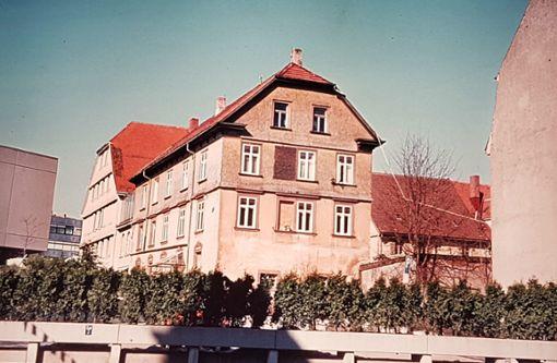 Damals und heute: Einst ist es das Amtshaus des Klosters, dann das Gasthaus Adler und später das Postamt. 1976 verschwindet das damals älteste Gebäude der Bergstadt. Es muss in den 70er-Jahren dem Gebäude Am Markt 3 weichen. Als Anhaltspunkt findet sich in beiden Bildern links ein Stück des Rathauses. Foto: Archiv/Klossek