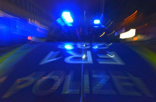 Der Wagen kam von der Fahrbahn ab und stieß gegen einen Baum. (Symbolfoto) Foto: dpa