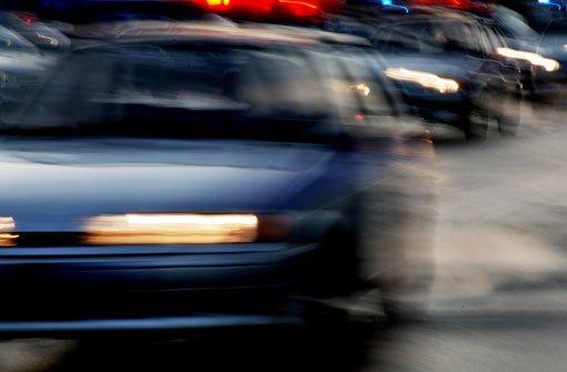 Ein junger Autofahrer ist zwischen Aach und Wittlensweiler von der Straße abgekommen und gegen einen Schuppen geprallt. (Symbolfoto) Foto: Mikhail Olykainen/ Shutterstock