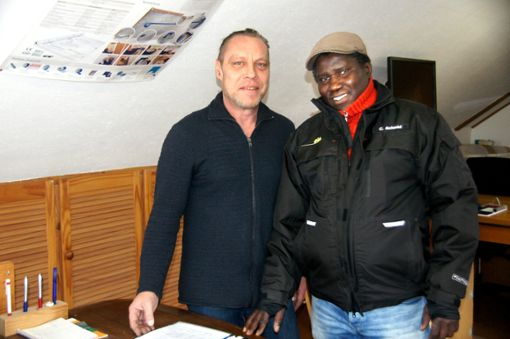 Im Büro besprechen sie die Einsätze: Unternehmer Florian Bauermeister und sein Flocker Ibrahim Wue Jabbi.   Foto: Rapthel-Kieser Foto: Schwarzwälder Bote