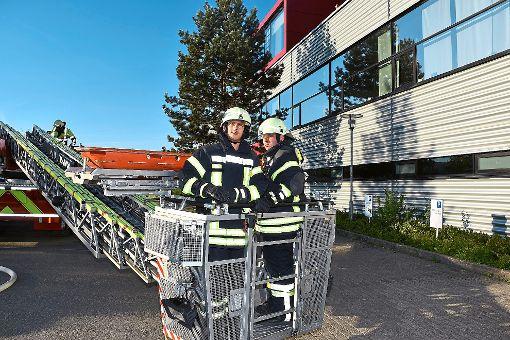 Eine Drehleiter war bei der Feuerwehrübung bei Ceratizit in Empfingen unerlässlich.  Fotos: Baiker Foto: Schwarzwälder-Bote