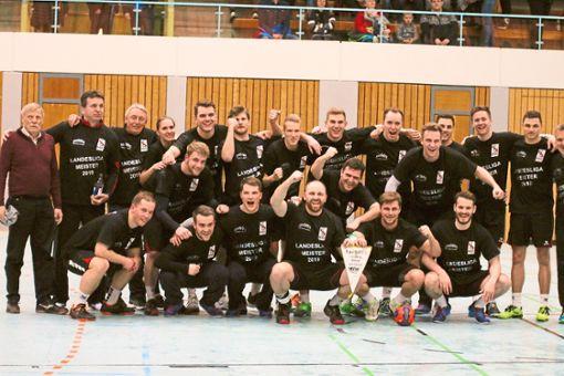 Bei bester Laune präsentieren die Albstädter Handballer den Meisterwimpel. Foto: Kara