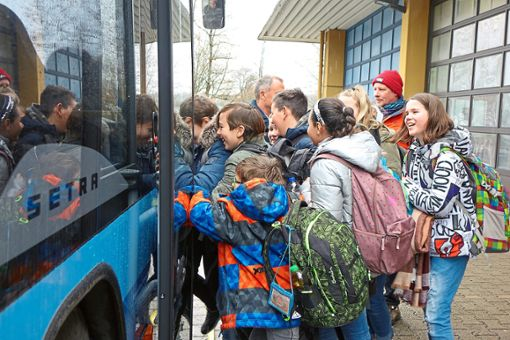 Mit dem Drängeln beim Einsteigen in den Bus haben auch die Fünftklässler schon ihre Erfahrungen gemacht. Dass es aber auch anders – und sogar viel besser – geht, erfuhren sie kürzlich bei einem Busprojekt in Lützenhardt.   Foto: Moser Foto: Schwarzwälder Bote