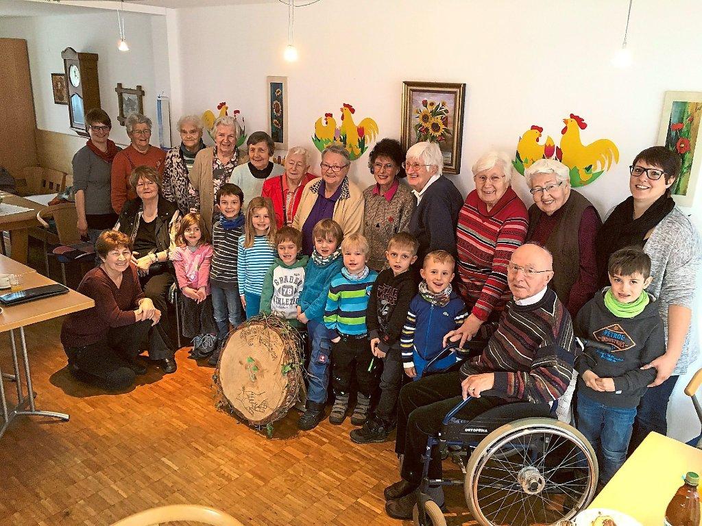 Über Das Treffen Im Betreuten Wohnen Freuten Sich Kinder Und Senioren.  Foto: Spitalfonds Foto