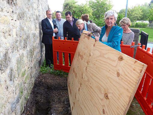 Gemeinsam mit Architektin Monika Fuhl (vorne) besichtigt der Gemeinderat die Schäden an der Kriegergedächtniskapelle auf dem Empfinger Friedhof.  Foto: Begemann Foto: Schwarzwälder Bote