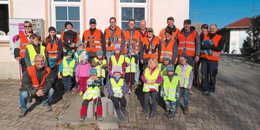 Viele fleißige Helfer sind dem achtlos entsorgten Müll in Lackendorf auf der Spur.  Foto: ENRW Foto: Schwarzwälder Bote