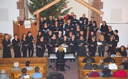 Der Schömberger Chor The Voices gestaltete den musikalischen Gottesdienst zu Epiphanias in der evangelischen Kirche Höfen.  Foto: Helbig Foto: Schwarzwälder Bote