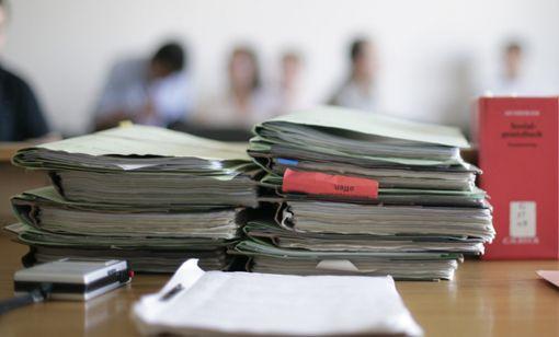Ein Angeklagter muss sich bei der Verhandlung insgesamt 26 Tatvorwürfen stellen.  Foto: Eisele