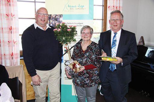 Walter Happle dankt dem scheidenden Ehepaar Titze für dessen Einsatz für die Rheuma-Liga Albstadt. Foto: Schwarzwälder Bote