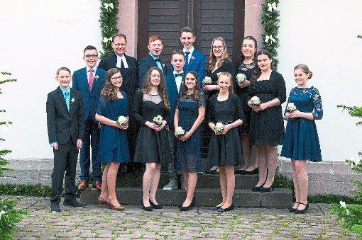 Acht Mädchen und fünf Jungen wurden in Grömbach von Pfarrer Andreas Bihl eingesegnet.  Foto: foto in style