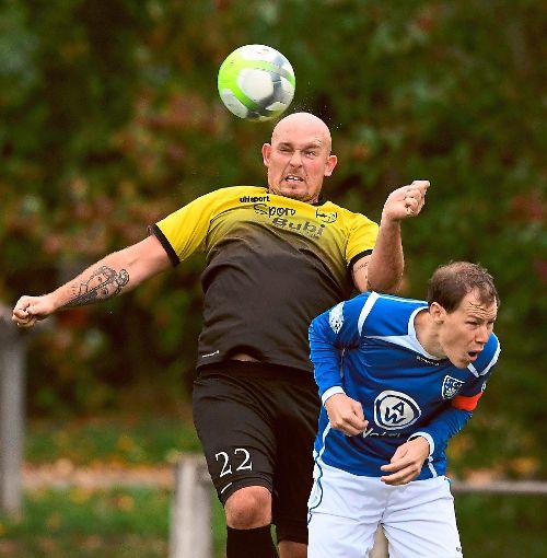 Endet der Heimfluch? Christoph Hayn (links) will mit dem SV Obereschach die ersten Punkte im eigenen Stadion einfahren. Der FC Furtwangen hat etwas dagegen. Foto: Kienzler