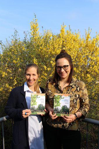 WFG-Chefin Silke Schwenk  (links) und Larissa Söll stellen die  Broschüre mit  geführten Touren vor.  Foto: Privat Foto: Schwarzwälder Bote