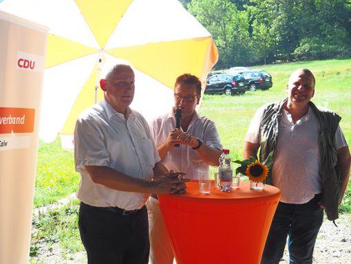 Minister Peter Hauk (Mitte) war mit Thomas Blenke (links) zu Gast bei Schäfer Gernot Fröschle. Foto: Mutschler