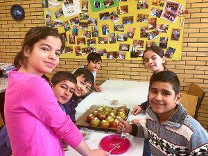 Viel Spaß machte den Kindern aus der Vorbereitungsklasse die Weihnachtsbäckerei.  Foto: Theodor-Gerhardt-Schule Foto: Schwarzwälder-Bote