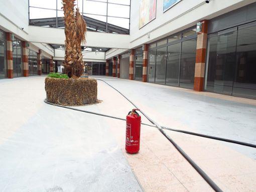Blick in Richtung Muslen: Der Boden in der ehemaligen Mall ist übersät mit dem Pulver des entleerten Feuerlöschers. Darüber hinaus sind außer einigen Scherben von zerbrochenen Lampen und abgerissenen Heizkörper-Gittern  keine Schäden zu erkennen. Foto: Riesterer
