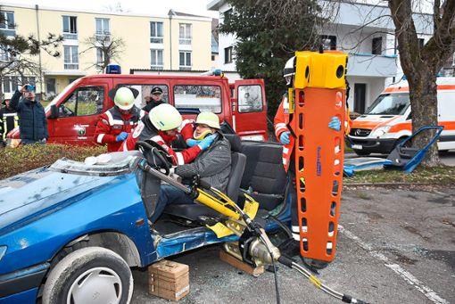 Die Empfinger Feuerwehr befreit Pfarrer Christoph Gruber, der eine eingeklemmte Person spielt, aus dem verunglückten Auto.  Fotos: Baiker Foto: Schwarzwälder Bote