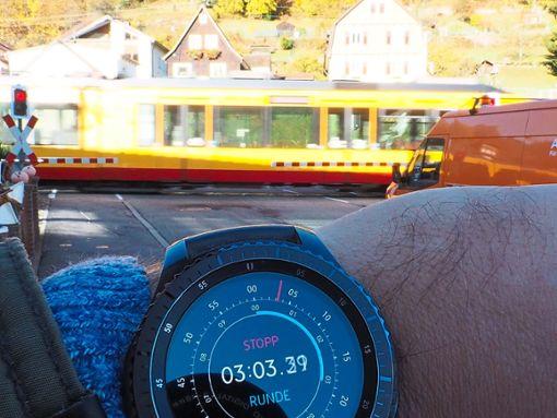 Glück gehabt: Beim Test kam die Bahn bereits nach drei Minuten. Manchmal warten Autofahrer bis zu neun Minuten.    Foto: Mutschler