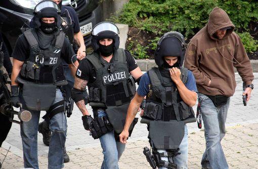 Tätowierte Beamte einer SEK-Einheit in Aachen. Andere Bundesländer legen die Tattoo-Vorschriften schon seit Jahren relativ  großzügig aus Foto: dpa