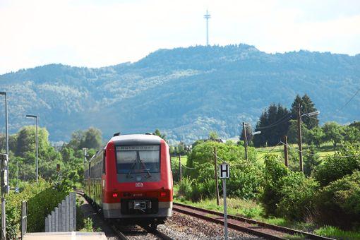 Regionalbahn zwischen Balingen und Albstadt: Die Strecke wird in den Pfingstferien wegen einer Brückenreparatur für drei Tage gesperrt.  Foto: Maier