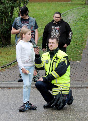 Gemeinsam mit Jugendwart Andreas Roth setzte eine kleine Zuschauerin den Notruf ab. Foto: Schwarzwälder Bote