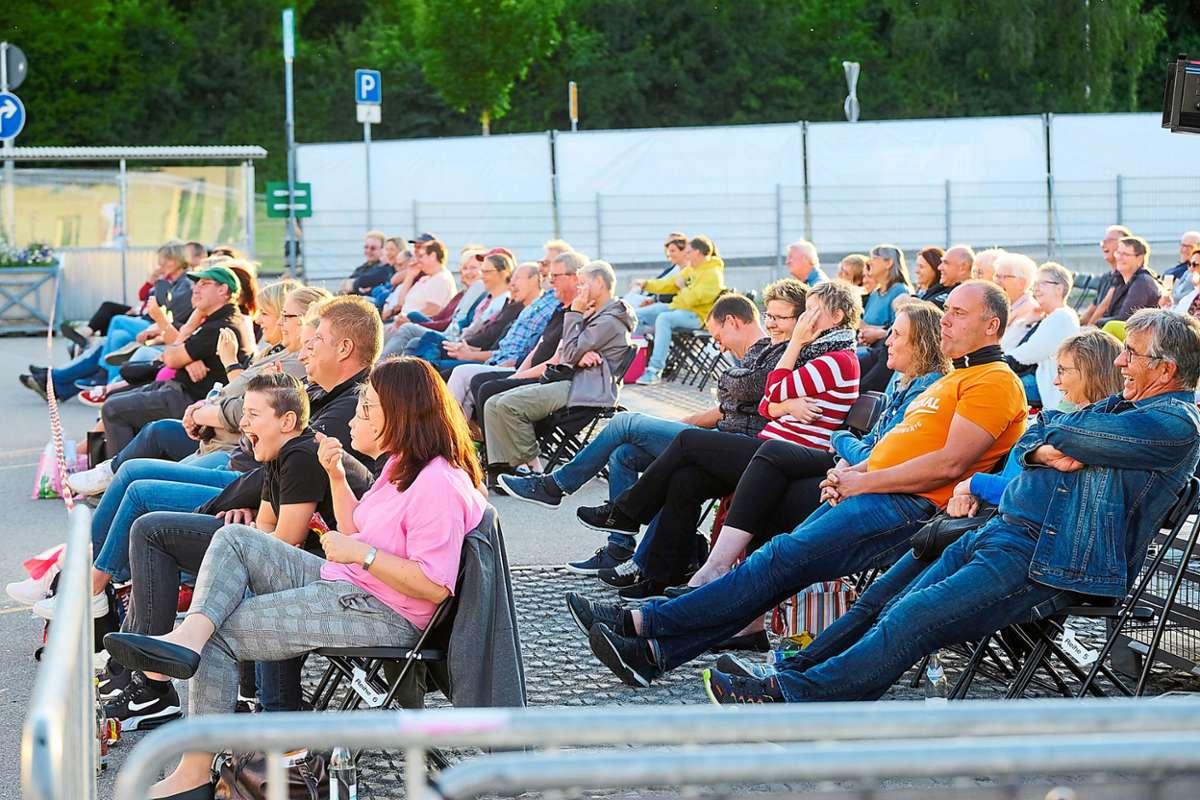 Wieder erlaubt: Zahlreiche Gäste verließen ihre Autos  und nahmen vor der Bühne auf Stühlen  Platz.Foto: Fritsch Foto: Schwarzwälder Bote