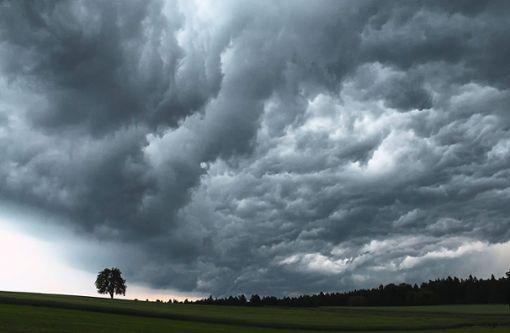 Dunkle Gewitterwolken über Neuweiler-Agenbach brachten heftige Niederschläge. Foto: Regina Lahmann