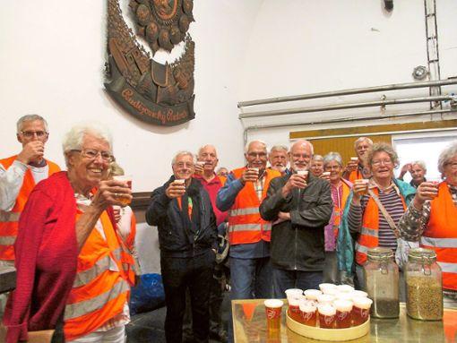 Im Reifekeller der Brauerei Budweiser ließ sich Ulrich Scheller (Mitte) mit seiner Reisegruppe   vom Bildungswerk Dauchingen das Budvar-Bier munden.    Repro: Preuß Foto: Schwarzwälder Bote