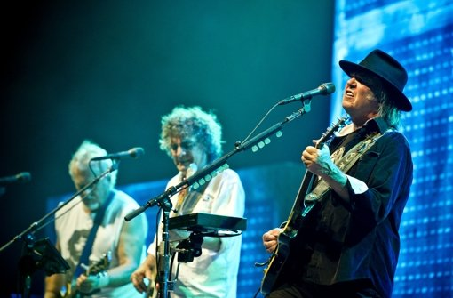 Neil Young spielte am Montagabend vor 10.000 Zuschauern in der Schleyerhalle in Stuttgart. Klicken Sie sich durch unsere Bildergalerie. Foto: Max Kovalenko