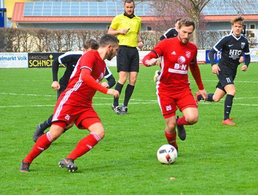 Jakob Schätzle versucht, das Hofstetter Spiel schnell zu machen.   Foto: Bauer Foto: Schwarzwälder Bote