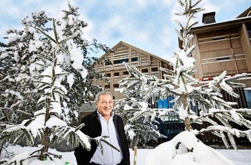 Investor Samih Sawiris vor seinem neuen Luxus-Hotel in Andermatt. Foto: Neue Luzerner Zeitung