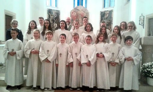 Die Dotternhausener Ministranten  in ihren Messgewändern in der Kirche.  Fotos: Privat Foto: Schwarzwälder-Bote