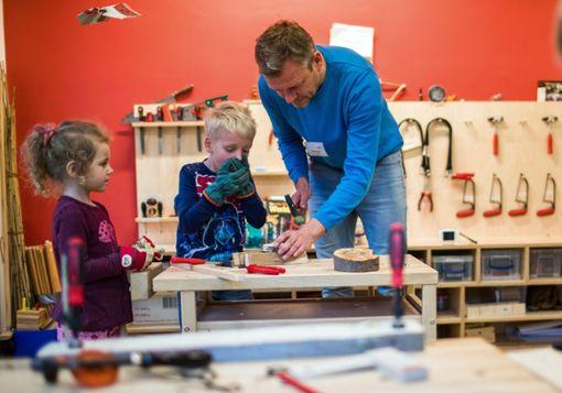 Ein angehender Erzieher arbeitet mit Kindern in einem Werkraum. Fachkräfte sind zunehmend Mangelware.  Foto: Büttner