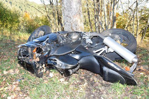 Bei Titisee-Neustadt ist ein Motorradfahrer gegen einen Baum geprallt. Foto: kamera24