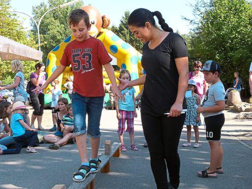 Das Fest hat viel zu bieten: Auf Balken stellen   die Kinder ihr Gleichgewicht auf die Probe - mit kleiner Unterstützung.    Fotos: Plocher Foto: Schwarzwälder Bote