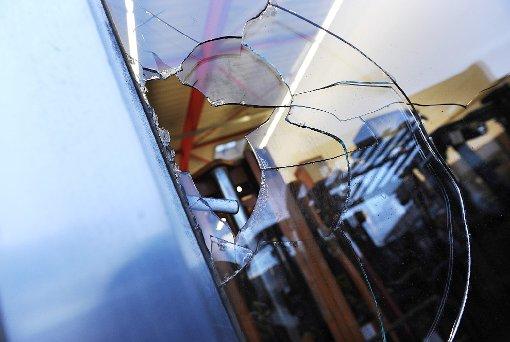 Der Betrunkene schlug mit dem Hammer auch eine Glasscheibe ein. (Symbolfoto) Foto: Hopp