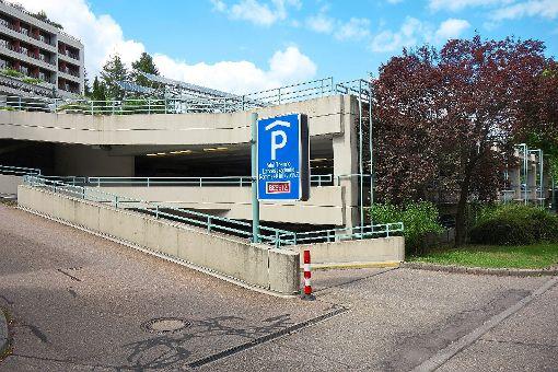 Trotz leerer Parkplätze zeigt der Wegweiser zu diesem  Parkhaus in Wildbad besetzt an.     Foto: Schabert