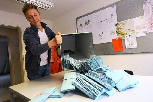 Marc Werz leert in Balingen eine Urne mit Briefwahlstimmen. Die Wahlbeteiligung im Zollernalbkreis lag bei der Europwahl deutllich über der von 2014. Foto: Maier