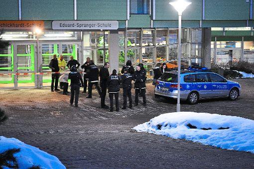 Polizisten vor dem Schulgebäude. Foto: Müller