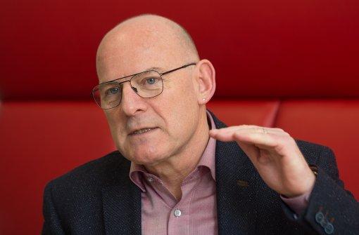 Baden-Württembergs Verkehrsminister Winfried Hermann (Grüne) hat im Bundesrat im Zuge des Abgasskandals bei VW und weiteren Automobilherstellern eine zentrale bundesweite Abgasprüfstelle gefordert. Foto: dpa