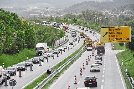 Geduld ist gefragt: Auf der Bundesstraße 27 zwischen Engstlatt und Balingen staut sich um die Mittagszeit der Verkehr.  Foto: Ungureanu Foto: Schwarzwälder-Bote