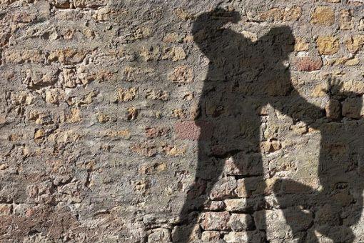 Zwei unbekannte Täter haben ihr Opfer zu Fall gebracht und versucht dessen Hose anzuzünden (Symbolfoto). Foto: © Jonathan Stutz – stock.adobe.com