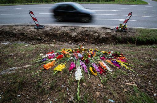 Blumen und Kerzen liegen als Zeichen der Trauer an der Landstraße 361 zwischen Nagold und Mötzingen. Am 11. August war dort ein Müllwagen auf ein Auto gekippt. Fünf Menschen starben. Foto: dpa