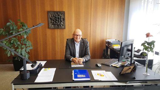 Bürgermeister Michael Rieger ist sichtlich glücklich darüber, dass er wieder an seinem Schreibtisch im Rathaus sitzt.  Foto: Klossek