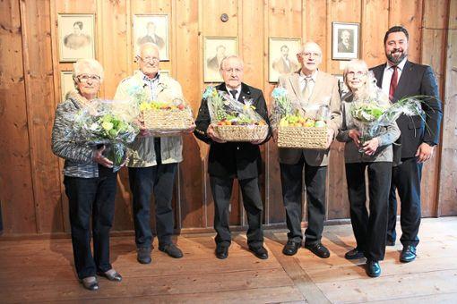 Bei der Ehrung (von links): Irmgard und Alfred Buchholz, Georg Allgaier, Wendelin und Gisela Flach mit Bürgermeister Philipp Saar  Foto: Müller Foto: Schwarzwälder Bote