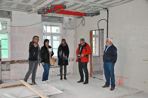 Architekt Thomas Kopf (von links) erklärt Kämmerin Petra Meister, Katharina Schwendemann, Bürgermeister Nicolai Bischler und Hans-Jörg Gstädtner, wie der Aufbau des Raums im Rathaus geplant ist.  Foto: Kleinberger