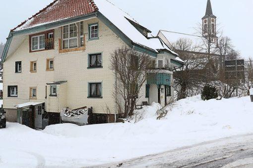 Das Wohnhaus in Schönwald, von dem am Samstag eine Dachlawine stürzte und ein achtjähriges Mädchen unter sich begrub, ist einige Meter vom Gehweg entfernt.  Foto: Kommert